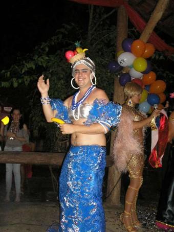 Cassinho - Vencedor vestido de Carmen Miranda